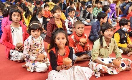 श्रीराम जन्मभूमि तीर्थ क्षेत्र के समर्पण निधि अधियान में बच्चों ने दिये गुल्लक