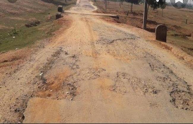 बगहा :महीनों पहले करोड़ों की लागत से बनी सड़क हुई जर्जर, ग्रामीणों ने जांच की मांग की