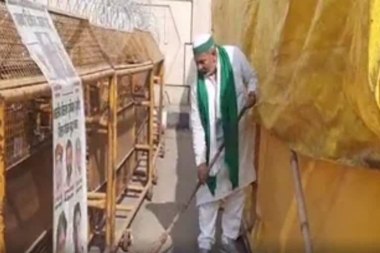 rakesh-tikait-took-a-broom-in-his-hands-and-cleaned-himself