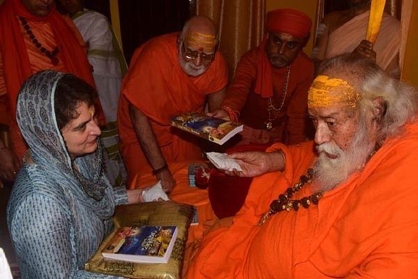 प्रियंका गांधी ने मां गंगा व शंकराचार्य स्वरूपानंद का लिया आशीर्वाद