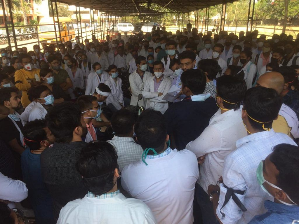 raipur-junior-doctors-of-the-capital-on-strike-demanding-action-on-the-prison-guard-who-scrambled