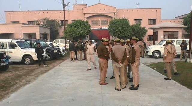 आजमगढ़ जिला जेल पर पुलिस और प्रशासन की छापेमारी