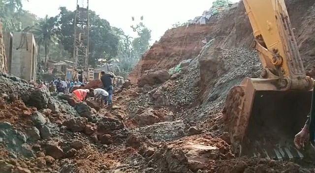 (अपडेट) रोड अंडर ब्रिज में काम कर रहे दो श्रमिकों की पहाड़ी मिट्टी धंसने से मौत, कई घायल