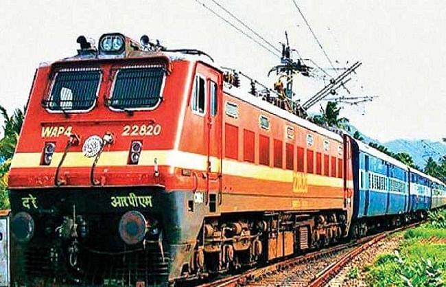 ट्रेनों में भीड़ रोकने के लिए छोटी दूरी की ट्रेनों का किराया बढ़ाया: रेलवे