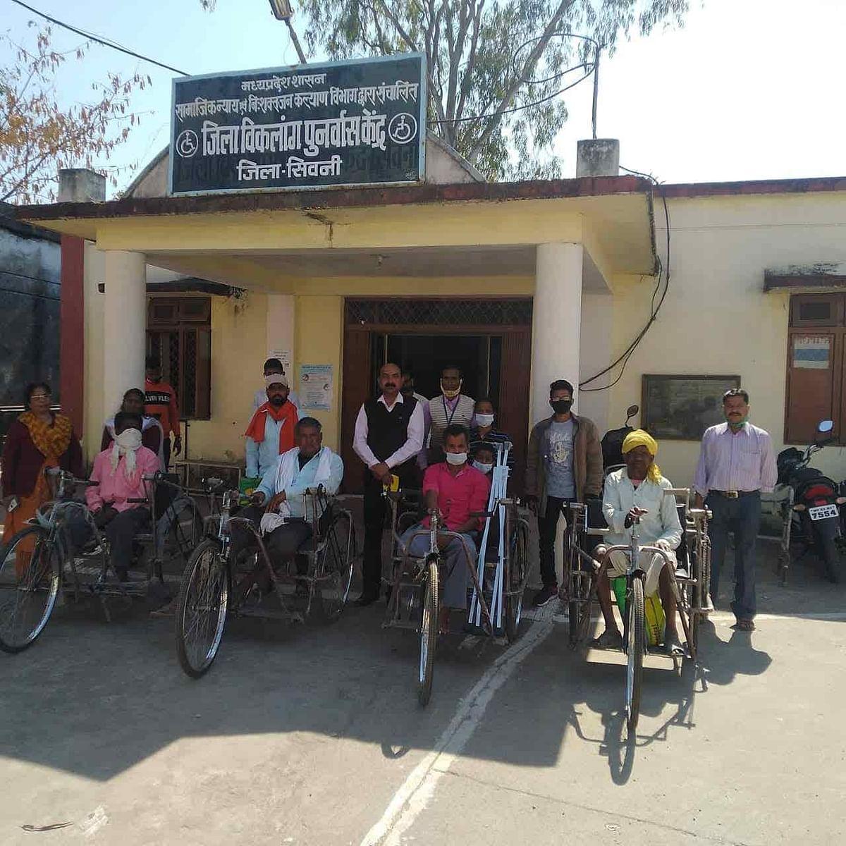 सिवनीः जनसुनवाई में आए दिव्यांग ट्रायसायकल पाकर हुए प्रसन्न