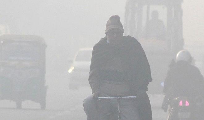 दिल्ली एनसीआर में छाया घना कोहरा, वायु गुणवत्ता भी बेहद खराब