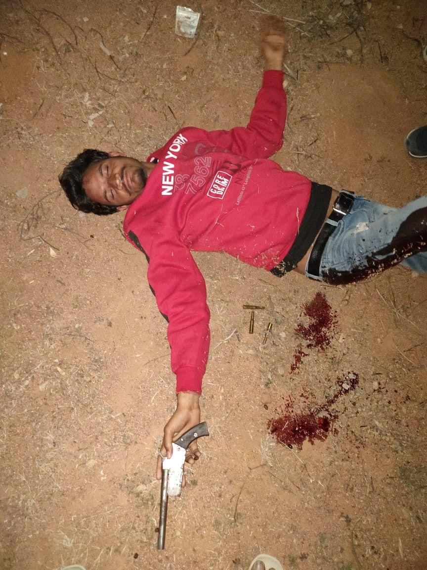 मुठभेड़ में गोली लगने से बदमाश और दो सिपाही घायल