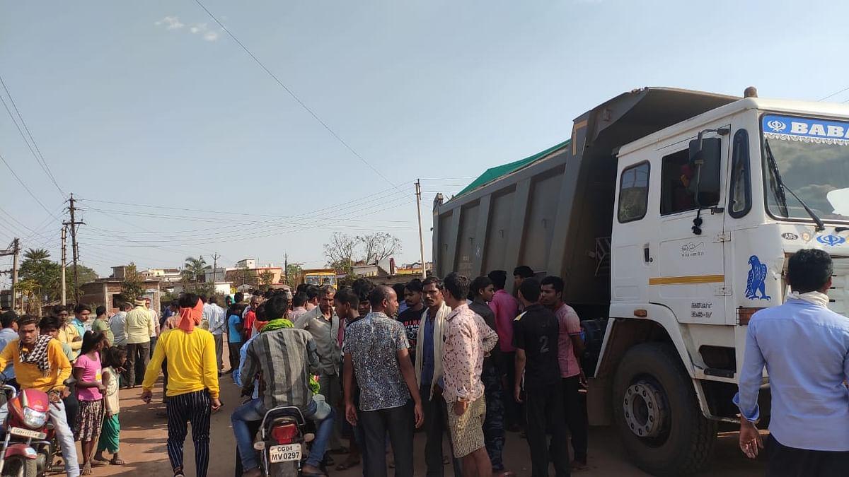 धमतरी : सड़क दुर्घटना में युवक की मौत, आक्रोशित ग्रामीणों ने हाईवा पर किया पथराव