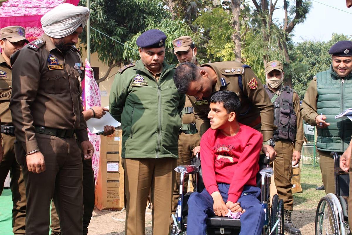 कठुआ पुलिस ने विकलांग जरूरतमंदों को 20 व्हीलचेयर वितरित किए