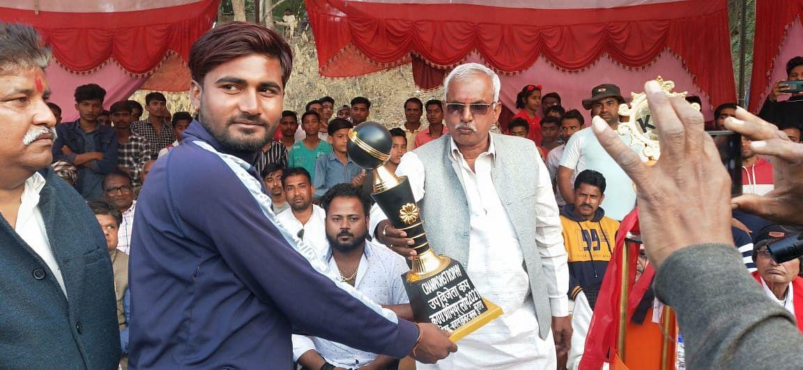 क्रिकेट टूर्नामेंट में उरई की टीम ने गंवाई ट्राफी