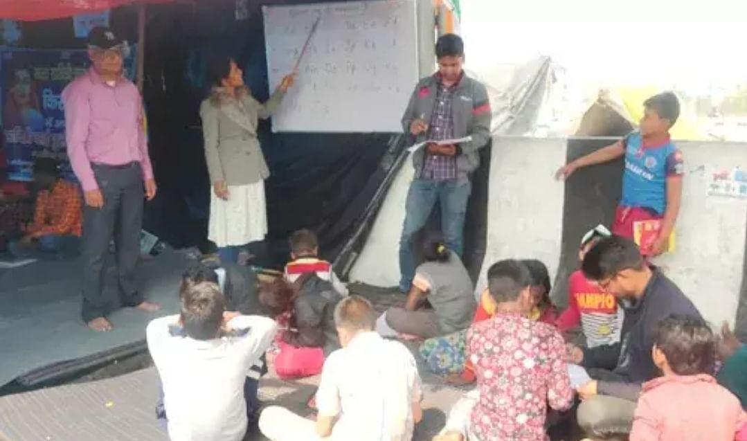 किसान आंदोलन में पहुंचने वाले  मासूमों को दी जा रही है बेसिक शिक्षा