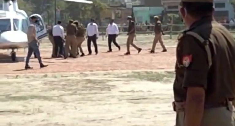 उपमुख्यमंत्री केशव प्रसाद मौर्य के उड़नखटोले के पास पहुंचा प्रदर्शनकारी युवक