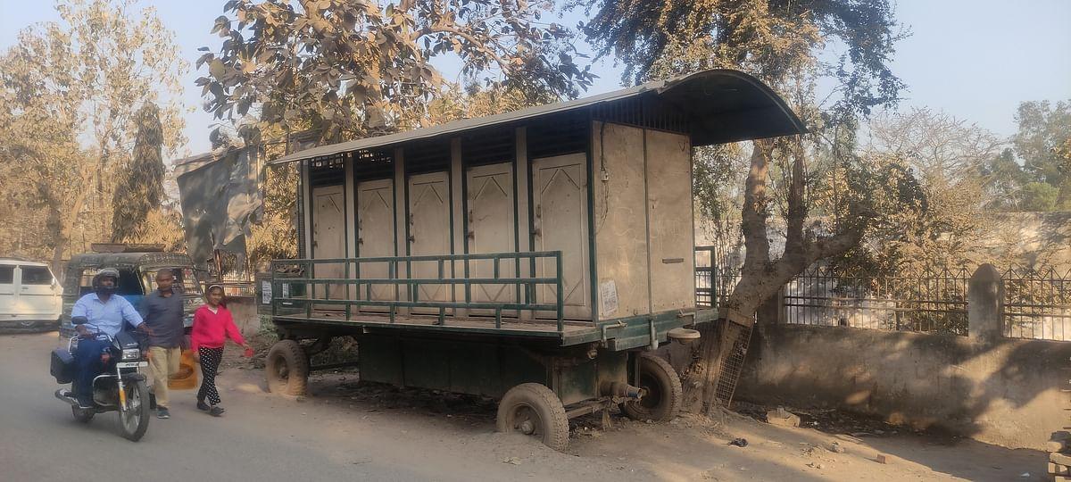 आरा नगर निगम में करोड़ो के खरीदे चलंत शौचालय भ्रष्टाचार की खोल रहे हैं पोल