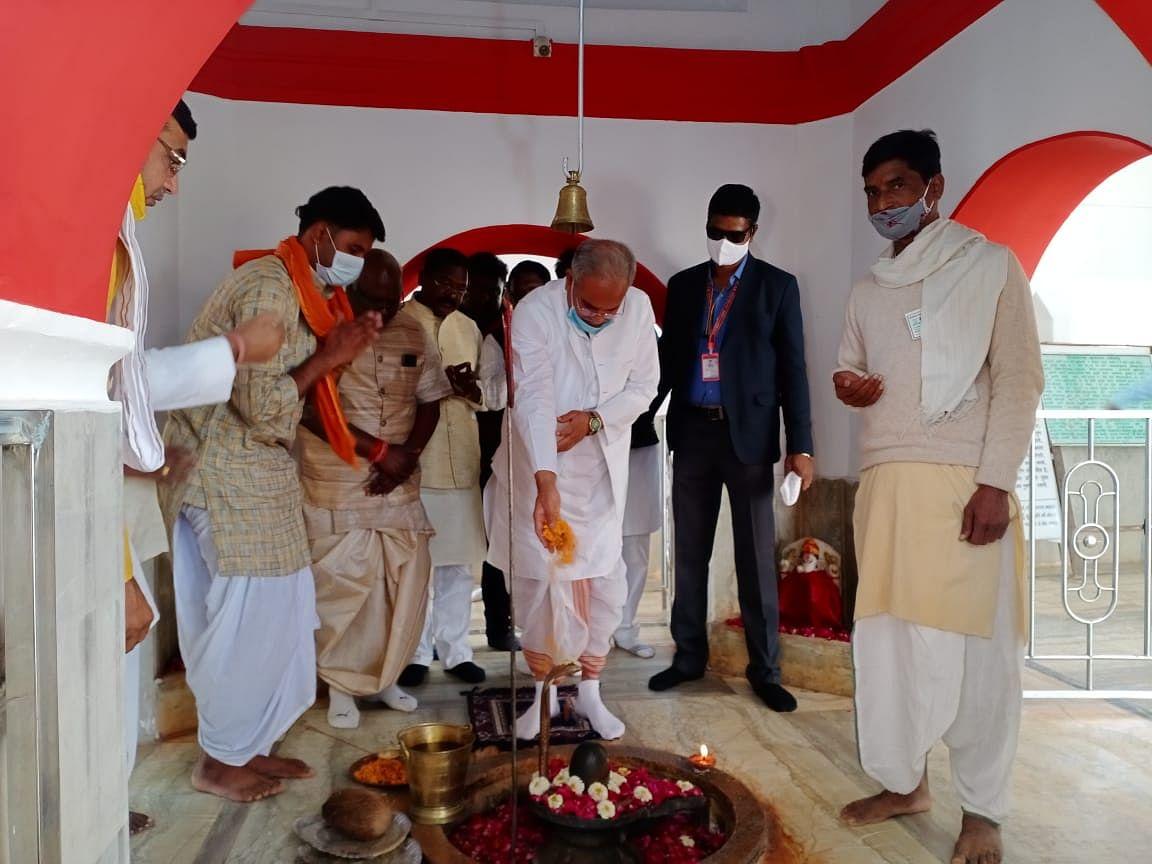 रायपुर: मुख्यमंत्री ने श्रीकोट आश्रम परिसर स्थित शिव मंदिर में जलाभिषेक किया