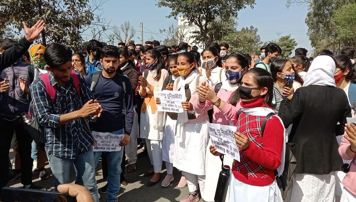कठुआ डिग्री कॉलेज के छात्रों ने जम्मू विश्वविद्यालय प्रशासन के खिलाफ रोड़ जामकर किया प्रदर्शन
