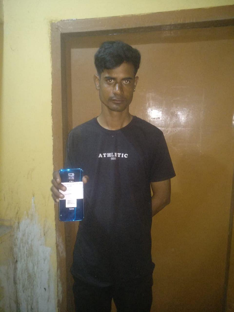 लूट के मोबाइल के साथ एक गिरफ्तार