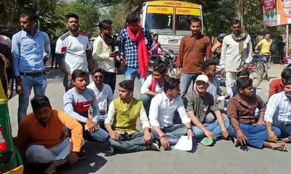 banda-students-protest-against-illegal-occupation-of-jn-college-land