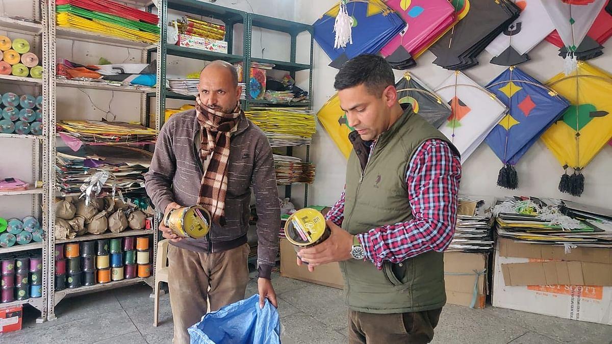 तहसीलदार कठुआ ने चाइनीज डोर विक्रेताओं की दुकानों पर दी दबिश, दी चेतावनी
