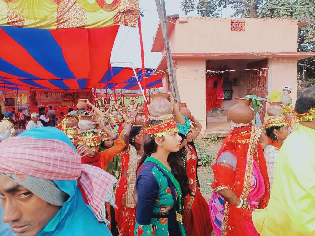 सात दिवसीय श्रीमद भागवत महाकथा ज्ञान यज्ञ को लेकर निकाली गई भव्य कलश शोभायात्रा