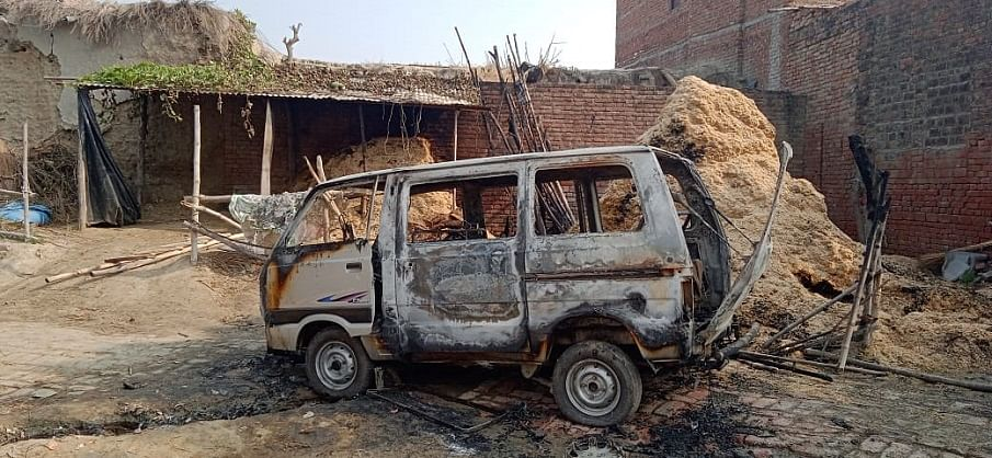 अज्ञात कारणों से जलकर खड़ी चार पहिया वाहन खांक