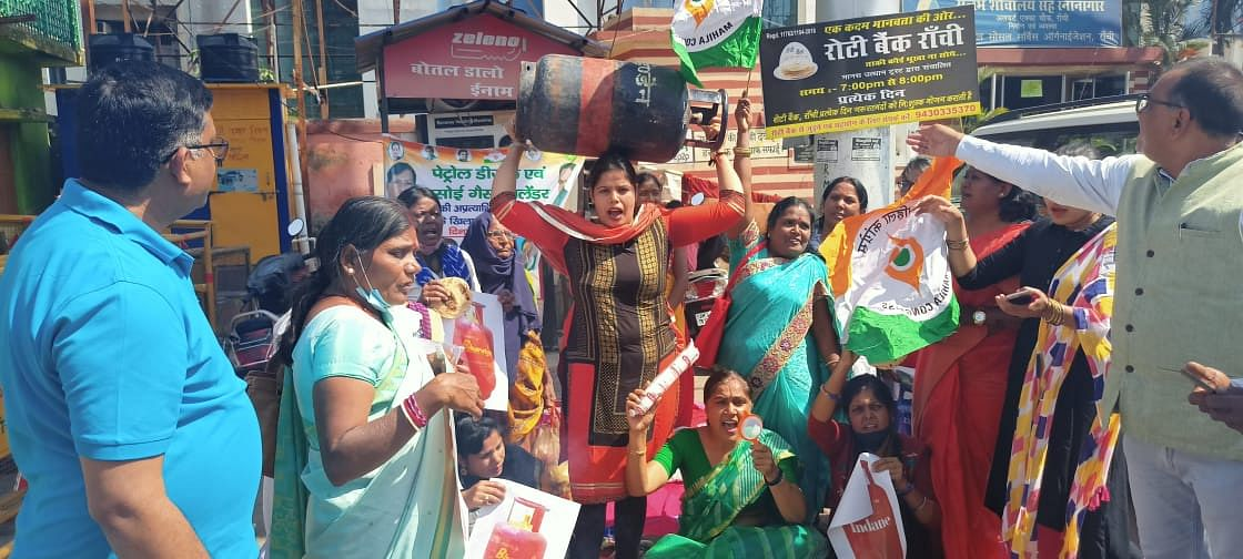 पेट्रोल-डीजल और गैस की कीमतों में वृद्धि के खिलाफ महिला कांग्रेस ने किया प्रदर्शन