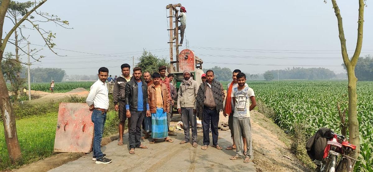 सड़क ढलाई में बरती जा रही अनियमितता को देख बिफरे ग्रामीणों ने लगाया रोक