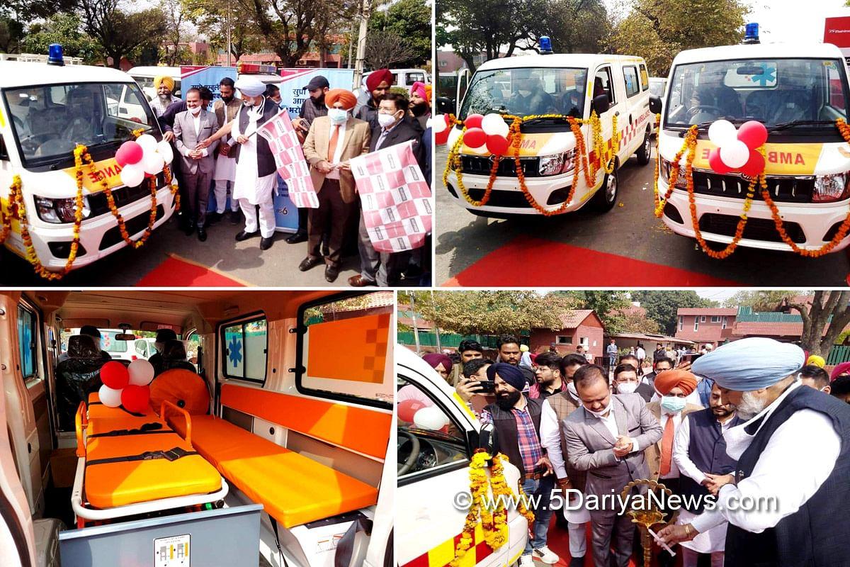 बलबीर सिंह सिद्धू ने भीड़-भाड़ वाले इलाकों में ऐमरजैंसी सेवाएं देने के लिए 22 ऐंबूलैंसों को झंडी दिखाकर किया रवाना