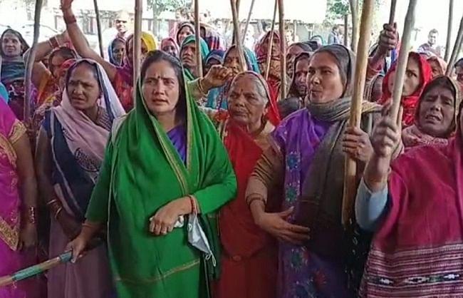 अमेठी में महिला किसानों ने फूंका अभिनेत्री कंगना रनौत का पुतला