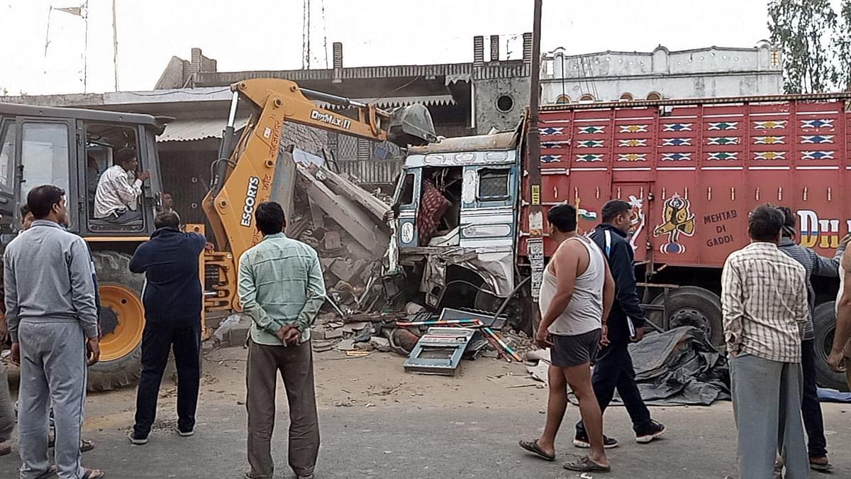 अनियंत्रित ट्रक हाइवे के किनारे दुकानों में घुसा, परिचालक की मौत, चालक घायल