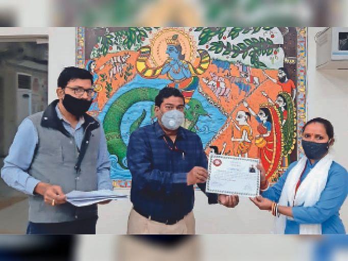 रेल कर्मी को डीआरएम ने दिया संरक्षा पुरस्कार