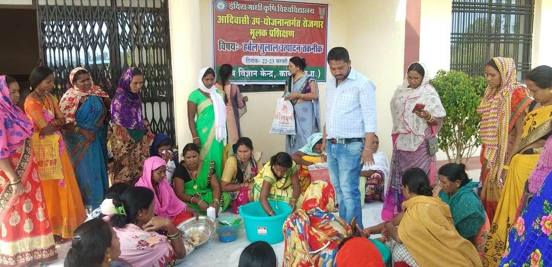 रायपुर : महिला समूह के हर्बल गुलाल के सुरक्षित और खुशनुमा रंगों से रंगीन होगी होली