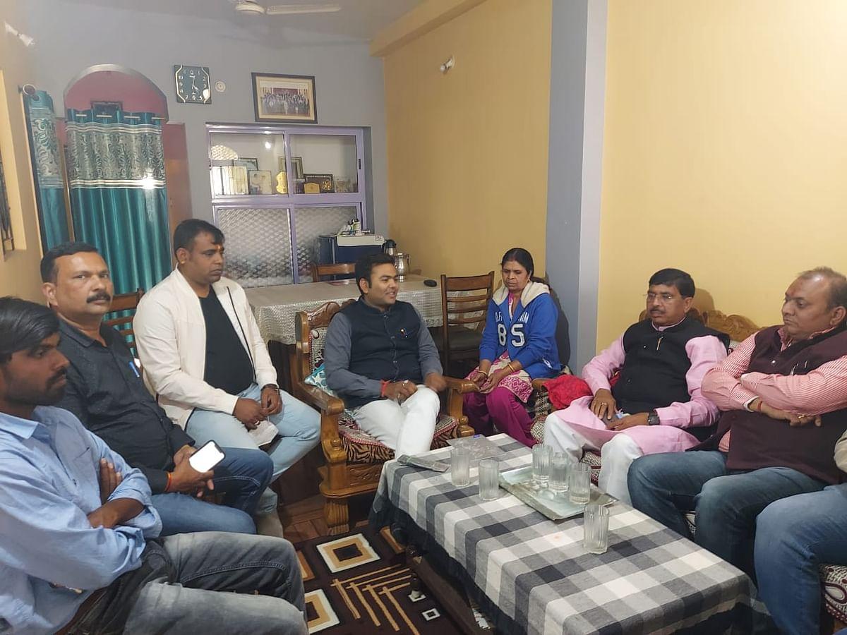 party-leaders-met-family-members-of-state-bjp-leader-shashank-raj