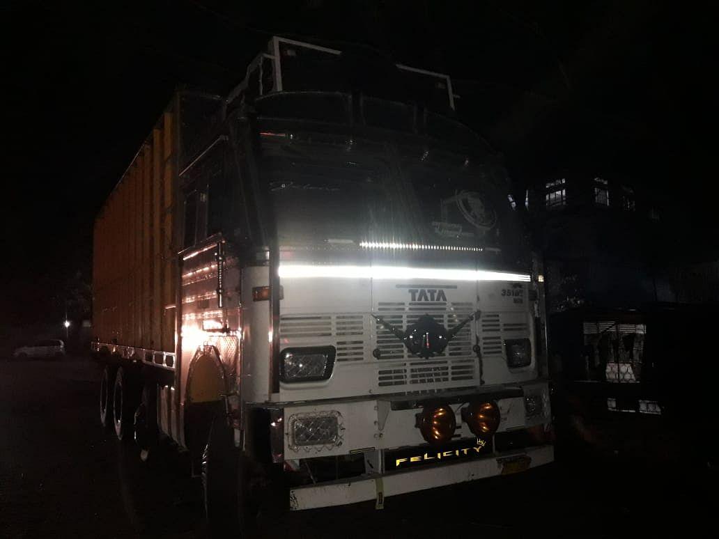 गैर सरकारी संगठन ने अवैध रूप से पशुओं को लेकर जा रहे ट्रक को पकड़कर पुलिस को सौंपा