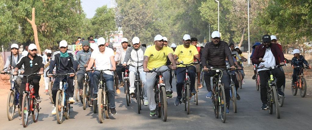 नारायणपुर : अबूझमाड़ पीस हाफ मैराथन के प्रचार-प्रसार हेतु निकाली गई साइकिल रैली