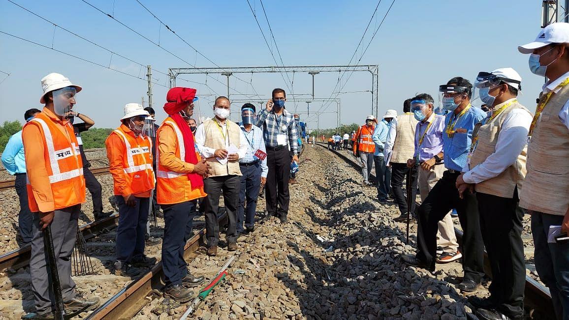 मध्य रेल महाप्रबंधक ने उपनगरीय स्टेशनों का निरीक्षण किया
