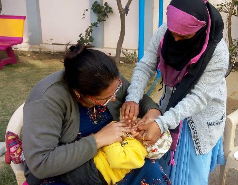 वंचित नौनिहालों को घर-घर, ढाणी-ढाणी जाकर पिलाई जा रही पोलियो की खुराक