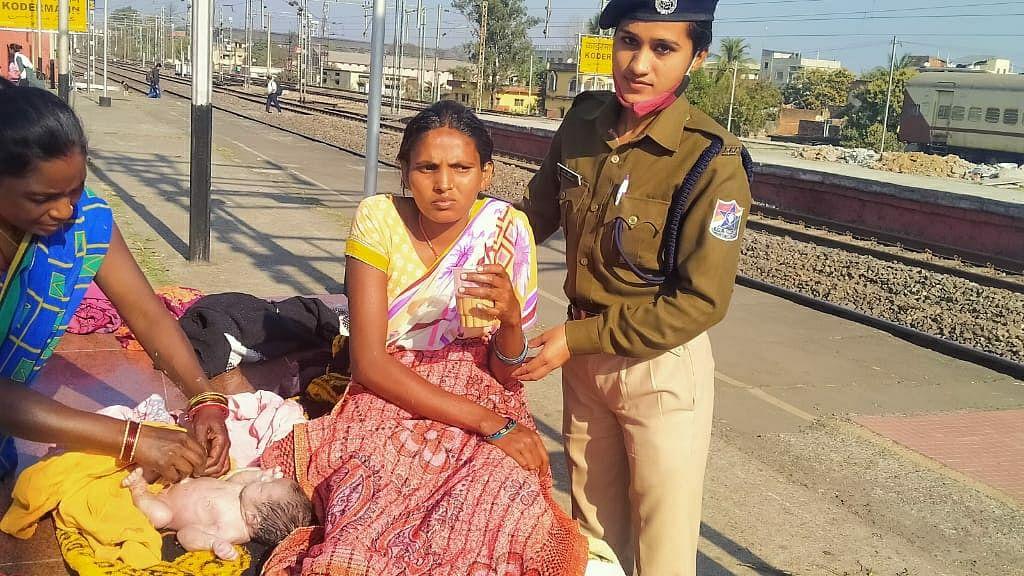 कोडरमा स्टेशन पर गूंजी किलकारी, महिला यात्री ने बच्ची को दिया जन्म