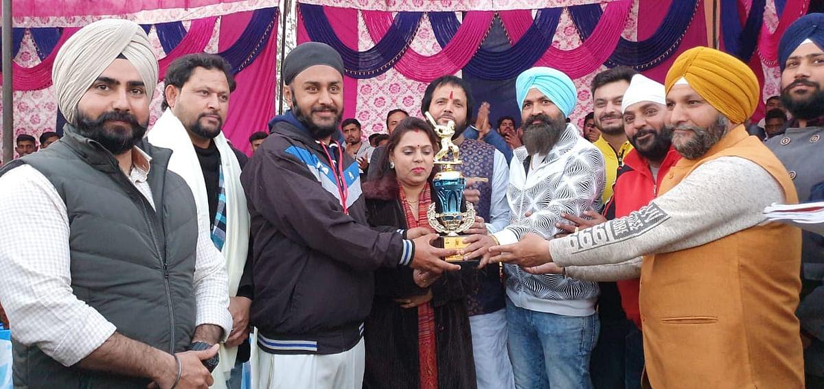 समाजसेवक अरुण शर्मा रंजु ने करवाया शहीद भगत सिंह मेमोरियल टूर्नामेंट का समापन, विजेता टीम और रनर अप टीम को पुरस्कार से नवाजा