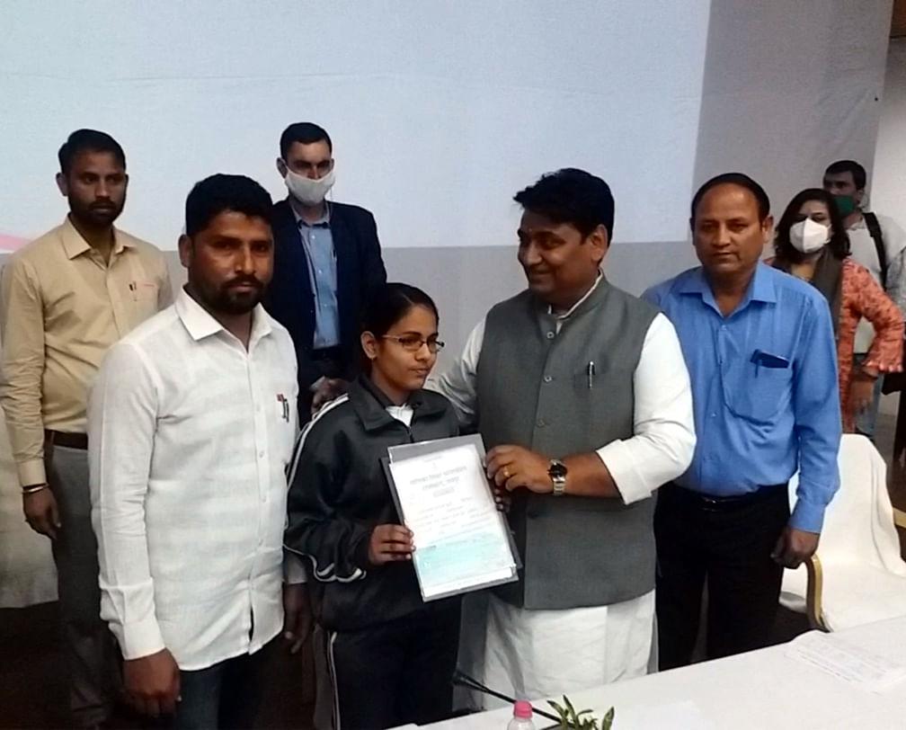 राज्यस्तरीय बालिका पुरस्कार समारोह में बोर्ड परीक्षाओं में श्रेष्ठ अंक लाने वाली बालिकाएं सम्मानित