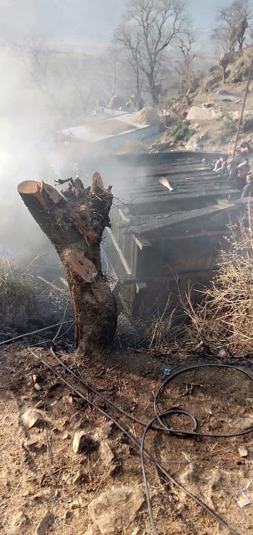 कोठार में लगी आग, लाखों रुपये का लाल धान राख