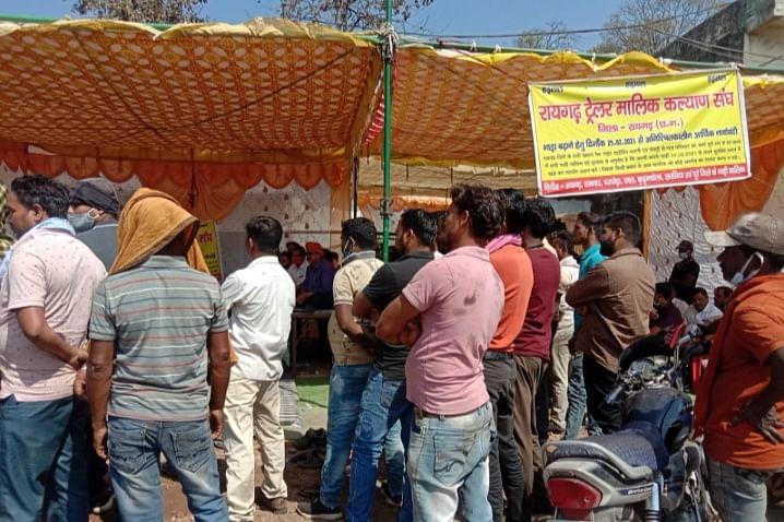 रायगढ़ : ट्रेलर मालिको की आर्थिक नाकेबंदी शुरु,  भाजपा नेता ओपी चौधरी भी पहुंचे समर्थन में
