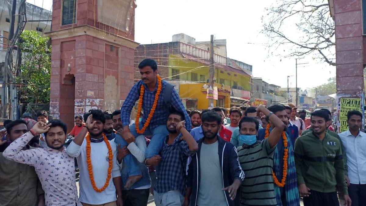 बीएचयू के मुख्य द्वार पर धरनारत छात्रों को पुलिस ने लिया हिरासत में, हिदायत के साथ छोड़ा
