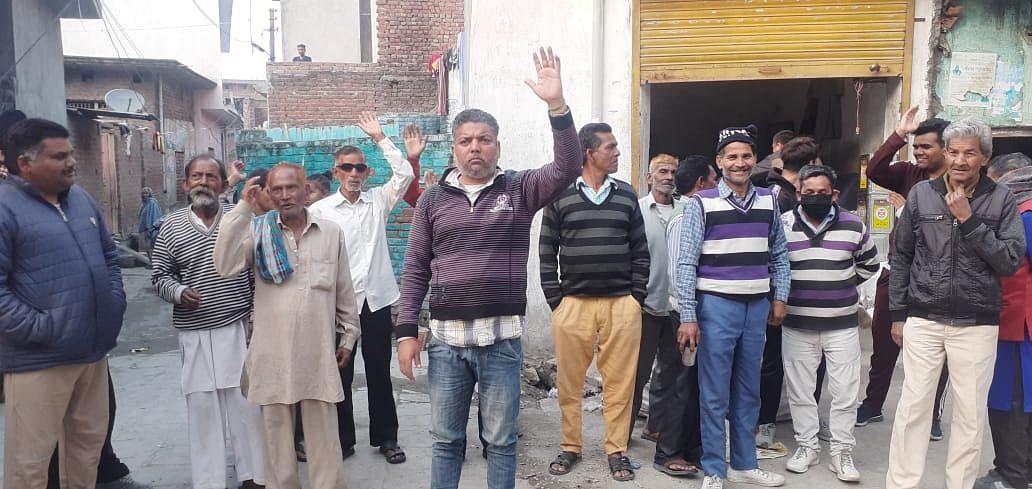 वार्ड नंबर 7 के स्थानीय लोगों ने नगर परिषद कठुआ के खिलाफ किया प्रदर्शन
