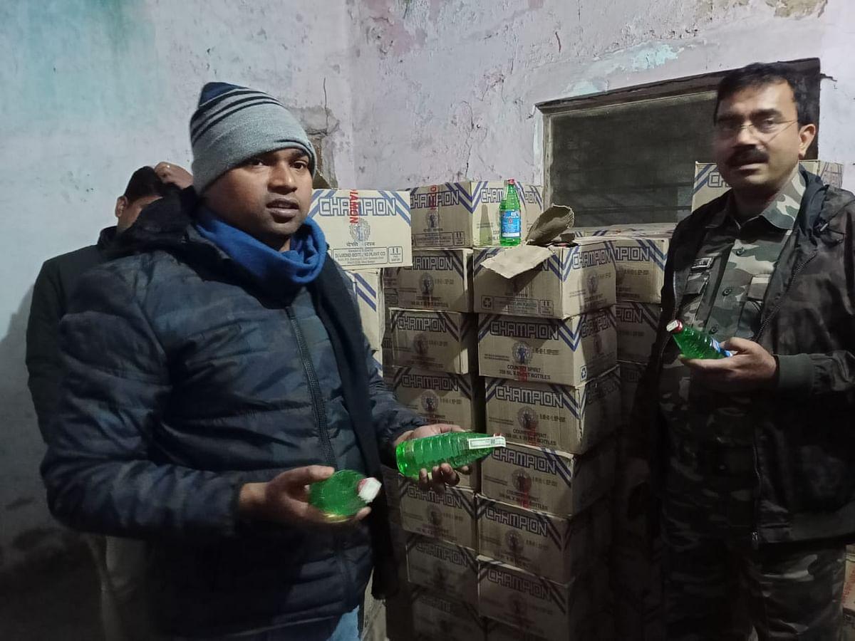 रजरप्पा सीसीएल कॉलोनी में पुलिस ने की छापेमारी, भारी मात्रा में देसी शराब जब्त