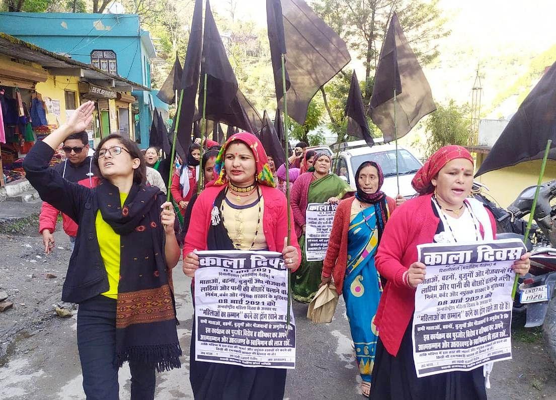 घाट की महिलाओं ने लाठीचार्ज के विरोध में किया प्रदर्शन