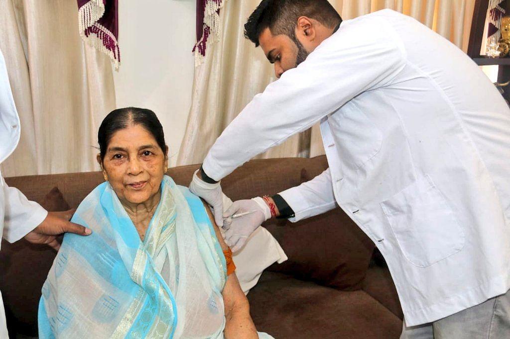 त्रिपुरा के मुख्यमंत्री की मां को दी गयी कोरोना टीका की पहली खुराक