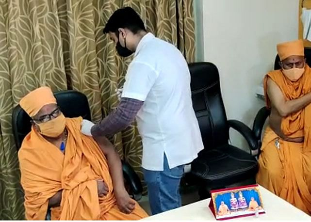 गुजरात में कोरोना के टीकाकरण का तीसरा चरण शुरू, सीएम की पत्नी ने लगवाया टीका
