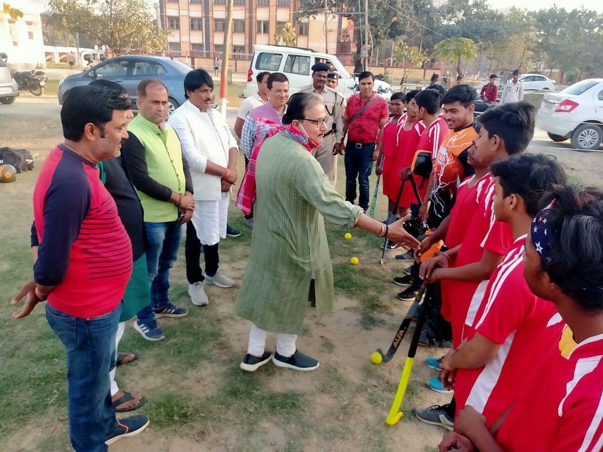 सांसद ने हॉकी इंडिया प्रतियोगिता खिलाड़ियों को किया रवाना
