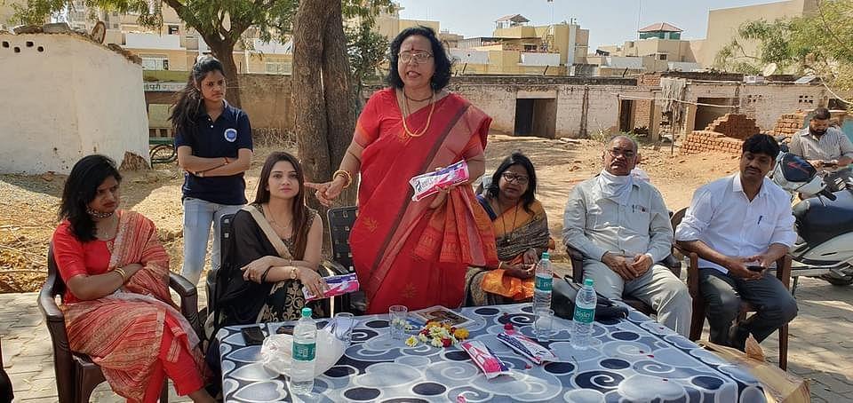 प्रदेश उपाध्यक्ष कमलावती सिंह ने मलिन बस्तियों की महिलाओं को समझाया स्वच्छता का महत्व