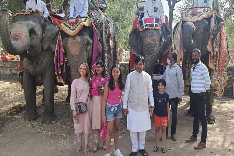 बिहार के उद्योग मंत्री शाहनवाज हुसैन ने आमेर में उठाया हाथी की सवारी का लुत्फ